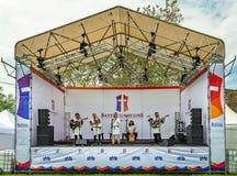 K?nstler, die in den mittelalterlichen Klagen gekleidet werden und Musik von den Mittelalter gespielt sind lizenzfreies stockfoto