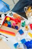 K?nstler `s Werkstatt Segeltuch, Farbe, B?rsten, Palettenmesser, das auf dem Tisch liegt lizenzfreies stockfoto