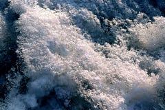 K?nstlerisches Bild einer Welle des schmelzenden Schnees lizenzfreie stockfotografie