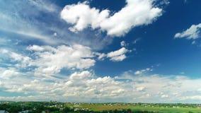 4K Nuvens de Timelapse sobre o campo verde video estoque