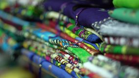 4k - O close up de um contador com roupa colorido dobrou-se ordenadamente video estoque