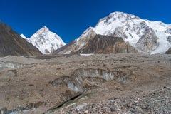 K2- och Broadpeak berg bak den Baltoro glaciären, K2 trek, Pakis arkivfoton