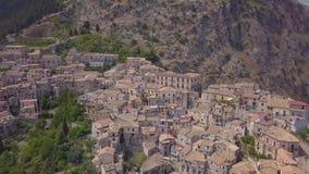 4k openbaar luchtlengte van historische Italiaanse stad in de bergen bij zonsondergang stock video