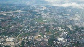 4K Opinión de la ciudad de Bangkok con el río Chao Phraya del avión sobre la nube visión desde el asiento de ventana en el aeropl almacen de video