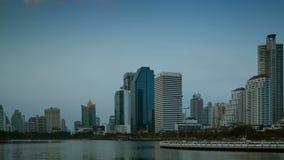 4K Opinión de lapso de tiempo del negocio que construye la ciudad Asia Tailandia de Bangkok y el lago con el camino y el cielo, d almacen de metraje de vídeo