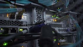 4K Optischer Server, der dunkle Datenserver bearbeitet Blinken geführte grüne Lampen nahaufnahme Das Video enthält wenig Geräusch stock video footage