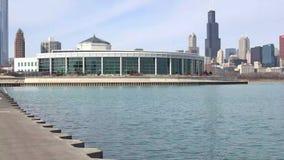 4k orizzonte di Chicago, Illinois visto dalle rive del lago Michigan nell'inverno tardo video d archivio