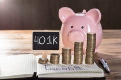 401k på den lilla svart tavla som visar ökande vinstbegrepp Royaltyfri Fotografi