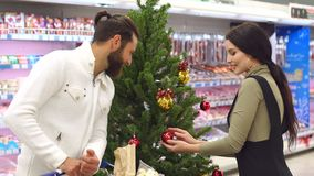 K?pande livsmedel f?r ung lycklig familj p? supermarket f?r jul stock video