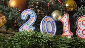4k panning lengte die van camera zich langs lijst met Kerstmis en 2018 nieuwe jaardecoratie bewegen stock video