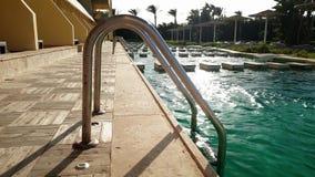 4k panning lengte van mooi zwembad op luxueuze villa bij zonsondergang stock video