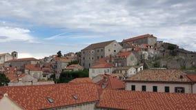 4K Panning van de Oude Stad van Dubrovnik, Kroatië Toeristen die de muur reizen stock video