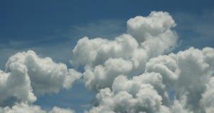 4k panorâmico da massa inchado branca da nuvem que voa lentamente no céu azul, platô de Tibet filme