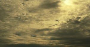 4k Panoramiczni ciemne altocumulus chmury dymią latanie w chmurnym słońce promienia niebie zdjęcie wideo