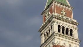 4K Parte superior da torre de sino ou do Campanile na praça San Marco, Veneza vídeos de arquivo