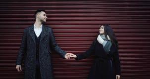 4K pary Atrakcyjny romantyczny uścisk outdoors w mieście Strzelający na Czerwonej epopei HD zbiory