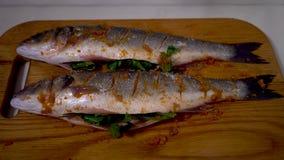 4K, pesce; alimento; cucina; animale; mano; uomo; bianco; sano; spigola; crudo; frutti di mare; video d archivio