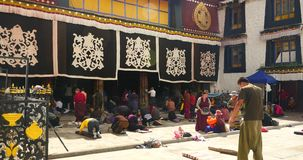 4k Pilgrams che prega in Front Of The Jokhang Temple a Lhasa, Tibet stock footage