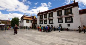 4k Pilgrams che prega in Front Of The Jokhang Temple a Lhasa, Tibet video d archivio