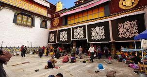 4k Pilgrams che prega in Front Of The Jokhang Temple a Lhasa, Tibet archivi video