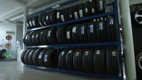 4K plankenhoogtepunt van autobanden stock footage
