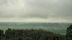 4 k podołków ramowy posterise pościł wideo z widokiem prędkości chodzenia chmury nad skalistymi górami przy zadziwiać zbiory