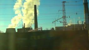 4K Point of View de la ventana de un tren de pasajeros Los movimientos de la central nuclear fuera de la ventana almacen de metraje de vídeo