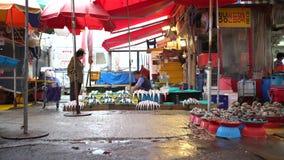 4K poludniowo-koreański ludzie przy pracą w ulicie Jagalchi Rybi rynek przy Busan zdjęcie wideo