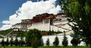 4k Potala在拉萨,西藏,在蓝天的白色松的云彩大量 影视素材