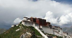 4k Potala en Lasa, Tíbet, lapso de época de la masa hinchada blanca de la nube en el cielo azul almacen de video