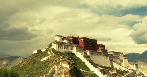 4k Potala i Lhasa, Tibet, tidschackningsperiod av vit pösig molnmass i den blåa himlen stock video