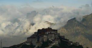 4k Potala-Paleis in de ochtend, bergen door wolken worden omringd die stock footage