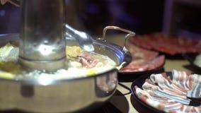 4K, pote caliente chino del estilo tradicional de Pekín con un pote de cobre amarillo en forma de anillo almacen de video