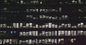 4K powierzchowność ustanawia strzał nowożytny budynek biurowy przy nocą zbiory