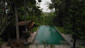 4K powietrzny latający wideo nieskończoność pływacki basen przy luksusową willą w dżungli Bali wyspa zbiory wideo