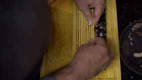 4K, preparam Makizushi Mãos do cozinheiro chefe do homem que preparam o alimento japonês tradicional vídeos de arquivo