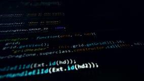 4K Programmerings broncode die het computerscherm doornemen stock videobeelden