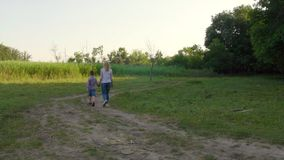 4K promenaden av modern och barnet stock video