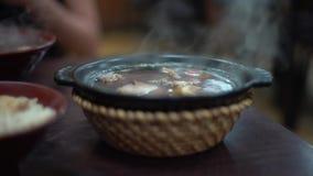4K puchar Malajscy wołowina kluski dla gościa restauracji Tradycyjna karmowa azjatykcia restauracja zbiory wideo