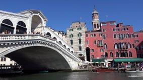 4K Puente de Rialto en Venecia, Italia Las góndolas y los vaporettos pasan abajo almacen de metraje de vídeo