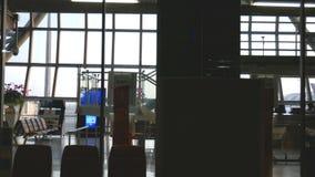 4K puerta del terminal de aeropuerto en el tiempo de la puesta del sol con el tiro del carro fondo de la cantidad del negocio del almacen de metraje de vídeo
