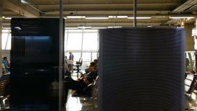 4K puerta del terminal de aeropuerto en el tiempo de la puesta del sol con el tiro del carro fondo de la cantidad del negocio del