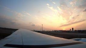 4K, puesta del sol después del aterrizaje plano en Taiwán, según lo visto a través de ventana del aeroplano almacen de metraje de vídeo
