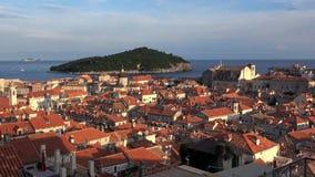 4K Puesta del sol en la ciudad vieja de Dubrovnik La isla de Lokrum se bañó por el mar adriático almacen de video