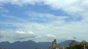 4k punto bajo que vuela plano militar sobre los edificios, zona urbana en la ciudad de Taipei almacen de metraje de vídeo