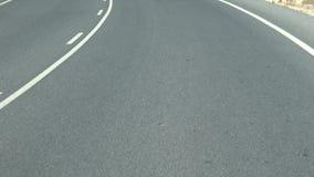 4K que conduce un coche en carretera Impulsión del Pov en asfalto con la línea blanca en el camino almacen de metraje de vídeo