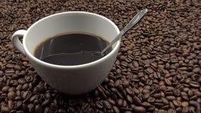 4k que mistura Shugar no copo de Coffe Ingrediente do frescor para preparar o café filme