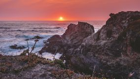4k que move o grampo de filme do filme de Timelapse da praia de Califórnia no por do sol Com céu do coloufull e as ondas poderosa vídeos de arquivo