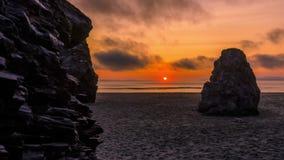 4K que mueve la película video de la película de Timelapse de la puesta del sol del verano en California con las rocas y la playa metrajes