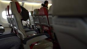 4k que viaja por el aire Filas de la cabina de los asientos en el aeroplano interior travelers almacen de video